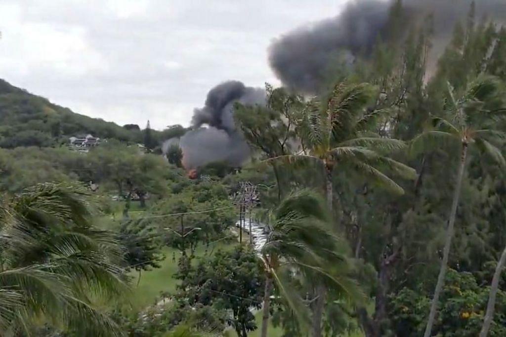 Asap dek kebakaran di taman Kapi'Olani di mana kejadian menembak berlakupada 19 Januari 2020 di Honolulu, Hawaii. FOTO: REUTERS