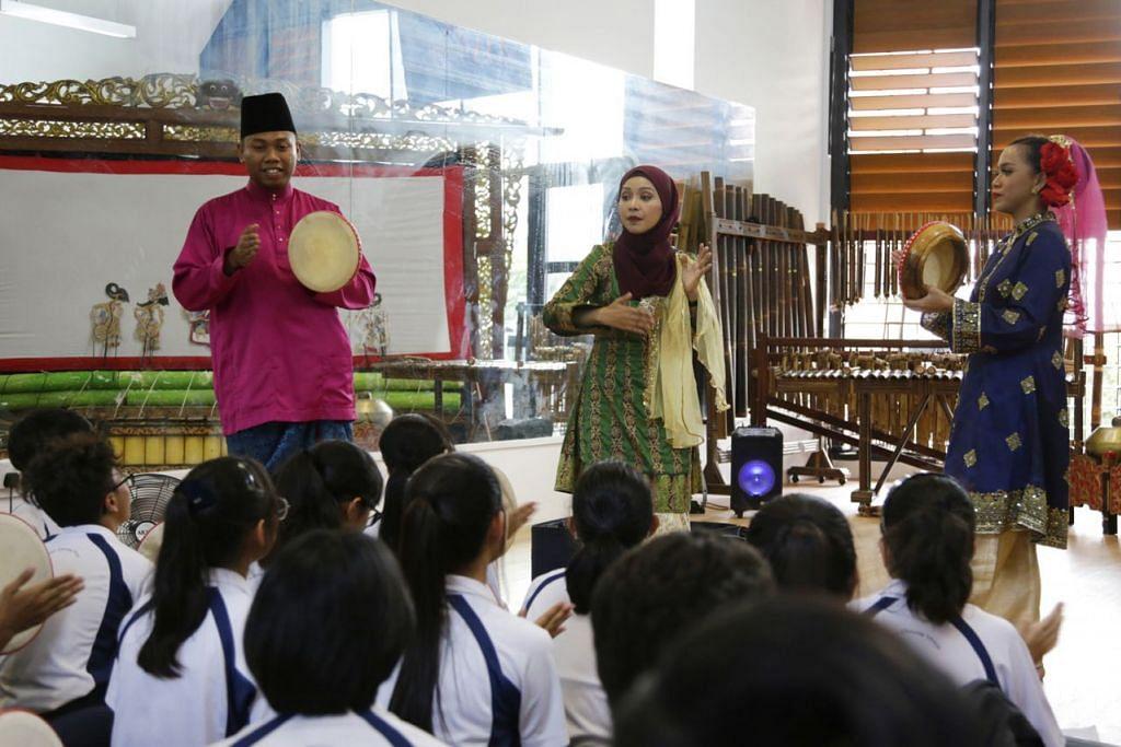 PAMERAN BUDAYA: Pelajar menengah tiga dari sekolah Assumption English School dapat mempelajari lebih lanjut tentang budaya Melayu, termasuk alat muzik tradisional, menerusi satu pameran yang diadakan kumpulan seni Sri Warisan di studio Sri Warisan yang baru saja dibuka di WGS. - Foto BH oleh AZMI ATHNI