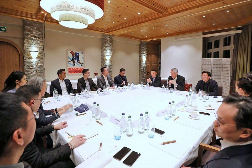MANFAATKAN DIGITAL: Encik Lee (empat dari kanan) telah mengadakan mesyuarat tidak rasmi dengan pemimpin perniagaan muda dan membincangkan peranan digital dalam bidang mereka. - Foto FACEBOOK LEE HSIEN LOONG