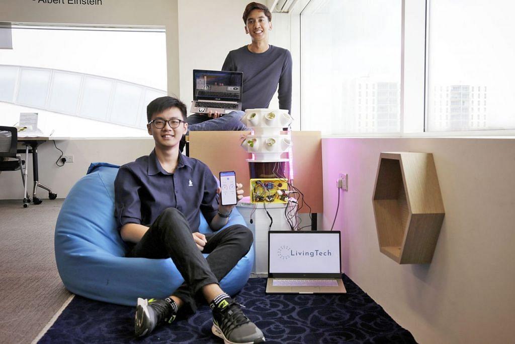 PELAJAR MENCIPTA MONITOR PERTANIAN: Pengasas syarikat start-up LivingTech Singapore, Encik Tan Qian Ting (kiri) dan Encik Alfyan Sapwan (kanan), kedua-duanya 21 tahun, bersama prototaip produk mereka yang dinamakan MoniTech. – Foto BH oleh AZMI ATHNI