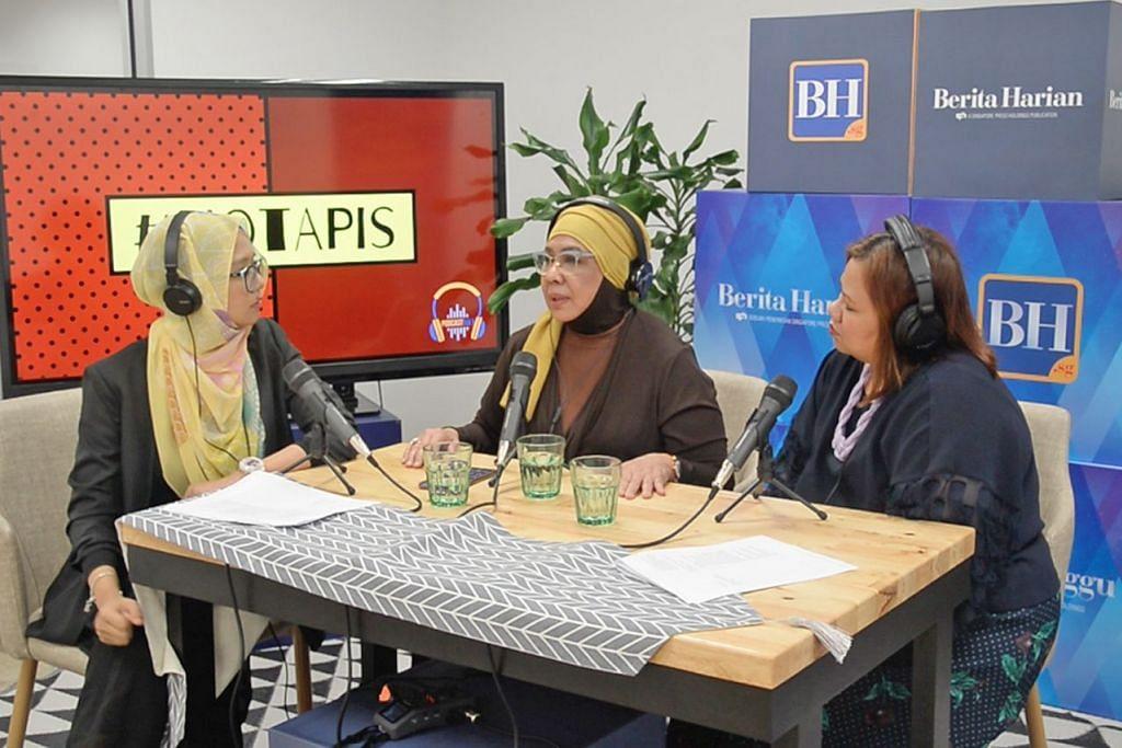 BANYAK KISAH MENARIK: Rahimah Rahim (tengah) menceritakan pelbagai kisah menarik dalam penglibatannya di bidang seni menerusi temu ramahnya dengan wartawan Shahidah Shahid (kiri) dan Atiyyah Mohd Said. – Foto BH oleh SITI AISYAH NORDIN