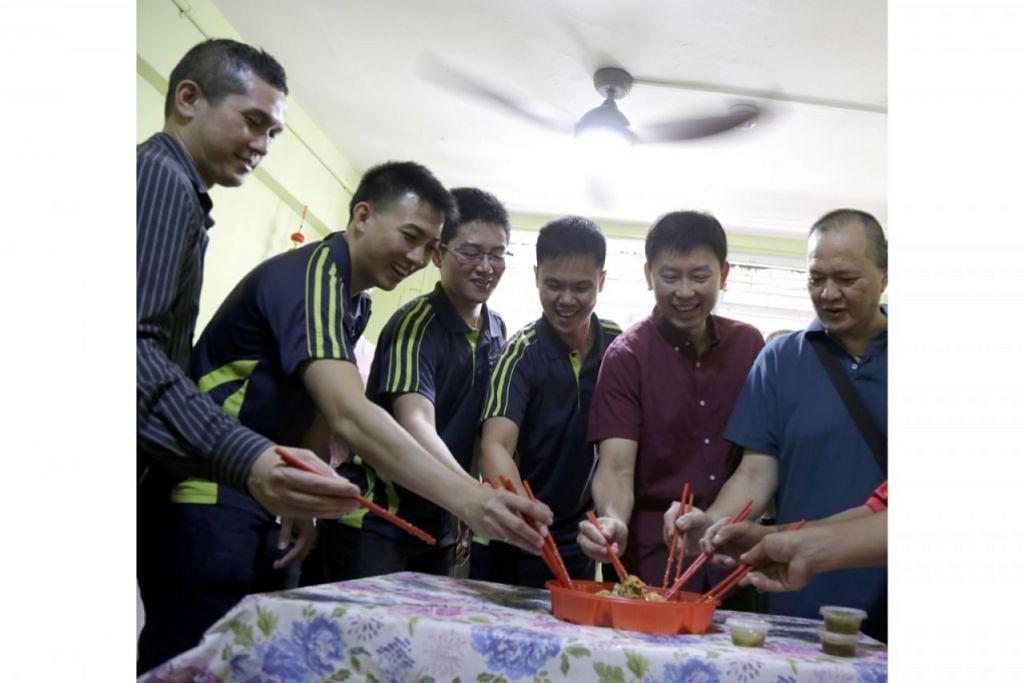 SAMBUTAN MERIAH: Menteri Negara Kanan, Encik Chee Hong Tat (dua dari kanan) menziarahi penerima manfaat Project Happiness, Encik Koh Hock Choon (kanan), di rumahnya di Toa Payoh, semalam. - Foto BH oleh AZMI ATHNI