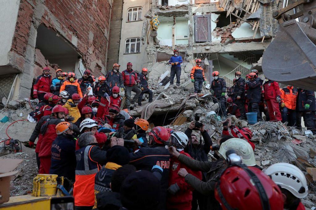 Pegawai penyelamat bertungkus-lumus membawa mangsa bangunan runtuh akibat gempa bumi yang melanda Elazig, Turki. FOTO: REUTERS
