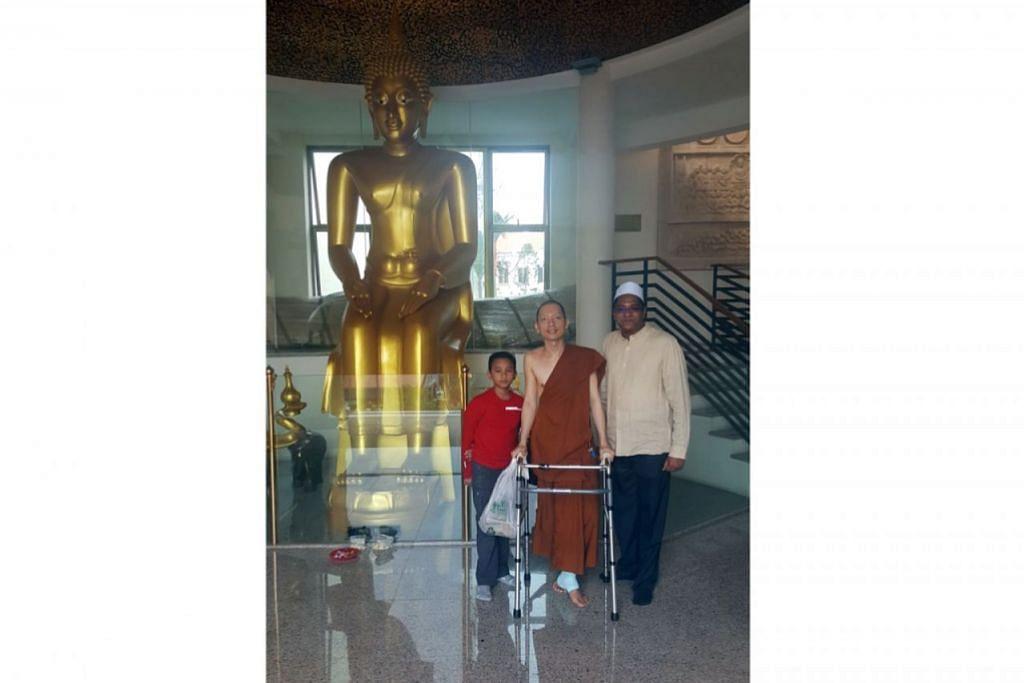 JALIN PERSAHABATAN: Ustaz Dr Leyaket Ali (kanan) bersama seorang anak lelakinya (kiri) menziarahi rakan baiknya Sami Venerable Phra Goh Chun Kiang di kuil pemimpin agama itu apabila mendapat tahu beliau tercedera beberapa tahun lalu. - Foto-foto ihsan USTAZ DR LEYAKET ALI MOHAMED OMAR