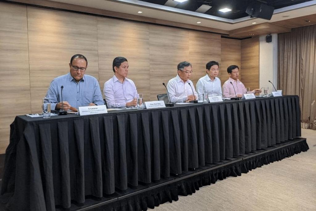 (Dari kiri) Menteri Perhubungan dan Penerangan, Encik S. Iswaran; Menteri Perdagangan dan Perusahaan, Encik Chan Chun Sing; Menteri Kesihatan, Encik Gan Kim Yong; Menteri Pembangunan Negara Lawrence Wong; dan Menteri Pendidikan Ong Ye Kung. FOTO: REI KUROHI
