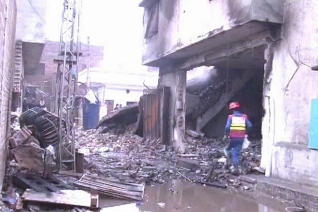 Letupan kilang minyak wangi di Lahore, Pakistan, meragut 11 nyawa. FOTO: DAWN/ASIA NEWS NETWORK