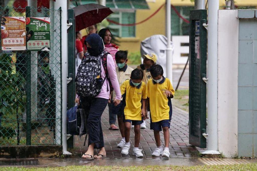 Para pelajar yang baru keluar dari sekolah menggunakan pelitup mulut pada 29 Januari lalu.- Foto KEVIN LIM