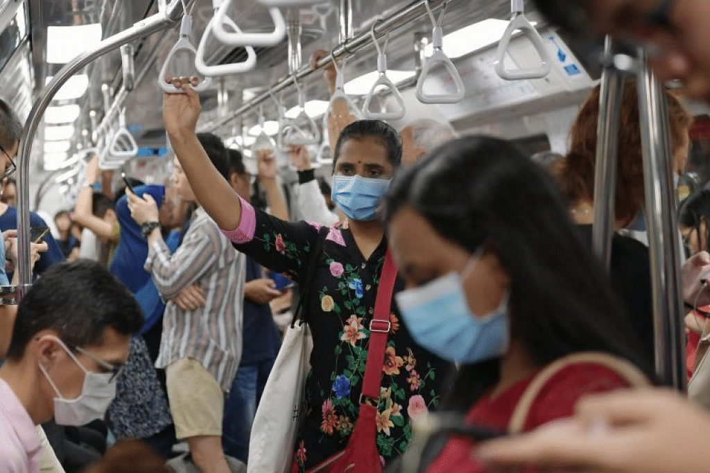 Penumpang MRT menggunakan pelitup muka di tempat awam. - Foto NG SOR LUAN