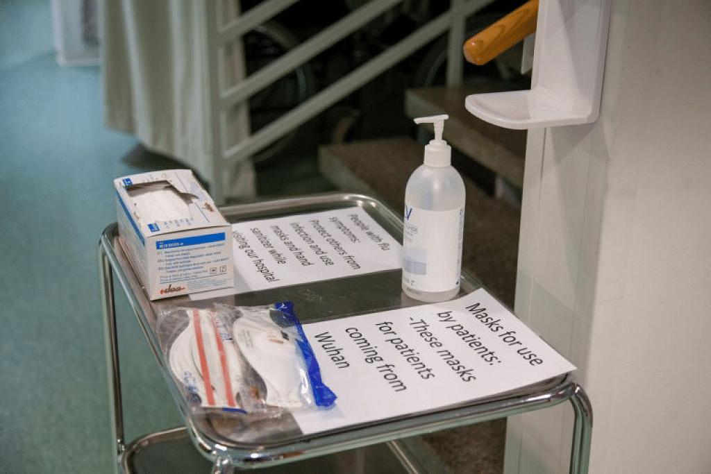 Pelitup dan pembersih tangan di atas dulang di pusat kesihatan di Ivalo, Finland pada 24 Januari lalu. - Foto REUTERS