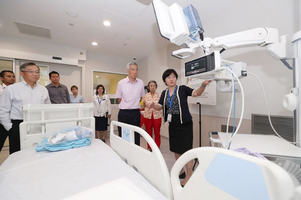 Lawatan PM Lee (tiga dari kanan) ke Pusat Nasional bagi Penyakit Berjangkit pada Jumaat, 31 Januari 2020. FOTO: MCI