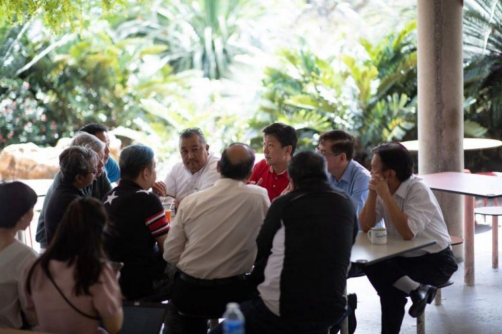 Setiausaha Agung NTUC, Ng Chee Meng (berbaju merah) dalam satu mesyuarat bersama dengan para wakil NPHVA dan NTA.
