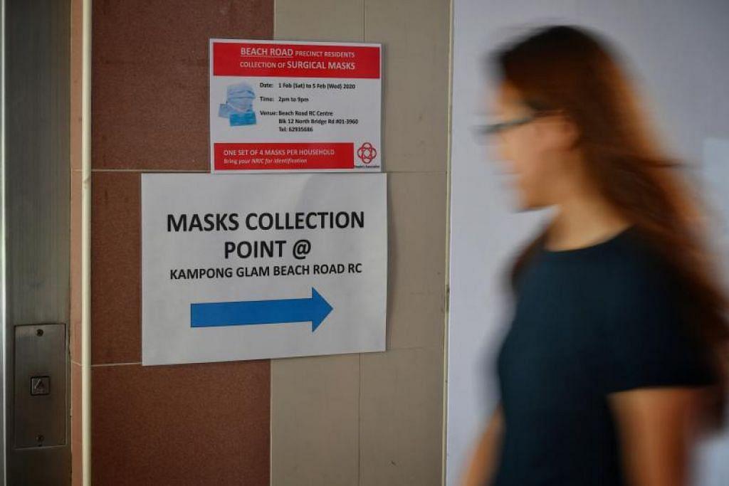 Notis sudah diletakkan di kolong blok HDB bagi memaklumkan penduduk tentang pusat mengambil pelitup muka di RC Kampong Glam Beach Road.