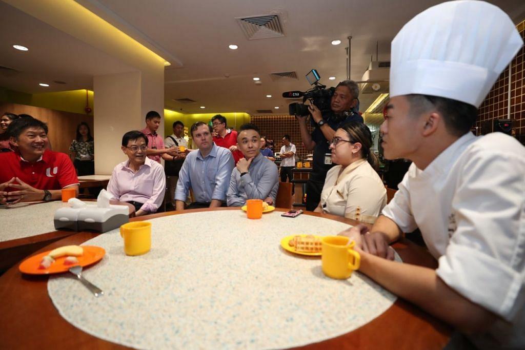 MELAWAT HOTEL: DPM Heng Swee Keat (dua dari kiri) dan Setiausaha Agung NTUC Ng Chee Meng (kiri) mengunjungi Shangri-La Rasa Sentosa Resort & Spa, semalam untuk bertemu dengan pemandu teksi, limosin, kakitangan hotel dan para pekerja. – Foto BM oleh TIMOTHY DAVID
