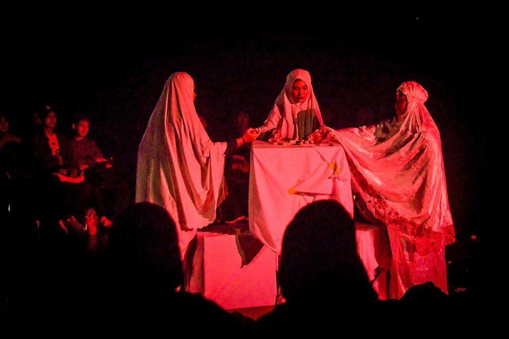 REFLEKSI HIDUP: Drama 'Qiyamah' (atas) mengenai refleksi kehidupan yang disampaikan secara berkesan. –  Foto ANWAR HADI RAMLI