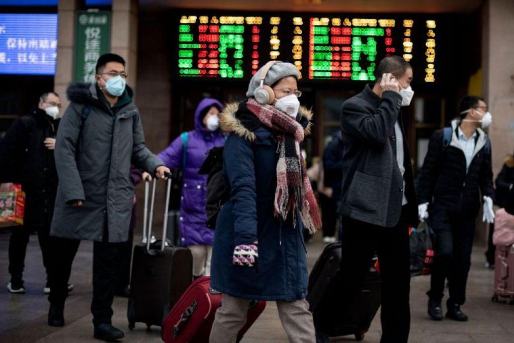 Para penduduk dari pelbagai wilayah di China tiba di Stesen Kereta Api Beijing semalam.
