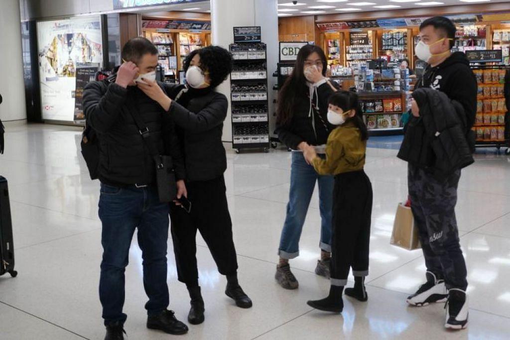 Para pengunjung yang dijadualkan pulang ke China, sedang menunggu penerbangan mereka di Lapangan Terbang John F. Kennedy di New York City pada 31 Januari lalu.