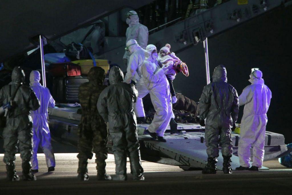 DIKELUARKAN DARI WUHAN: Seramai 42 orang dari Turkey, Azerbaijan, Georgia dan Albania tiba di lapangan terbang di Ankara, Turkey, setelah dibawa keluar dari Wuhan menggunakan pesawat. – Foto EPA-EFE