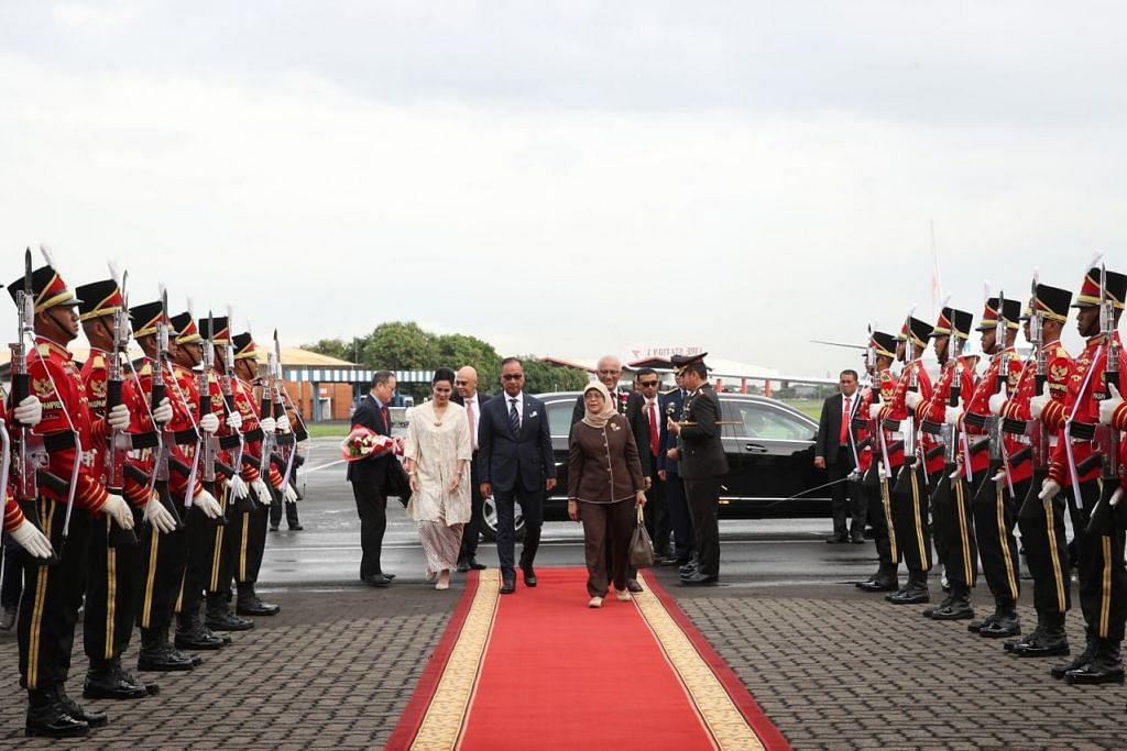 LAWATAN NEGARA PERTAMA: Presiden Halimah Yacob disambut oleh Menteri Perindustrian Indonesia, Encik Agus Gumiwang Kartasasmita, di Lapangan Terbang Antarabangsa Soekarno-Hatta petang tadi (3 Februari). Foto MCI