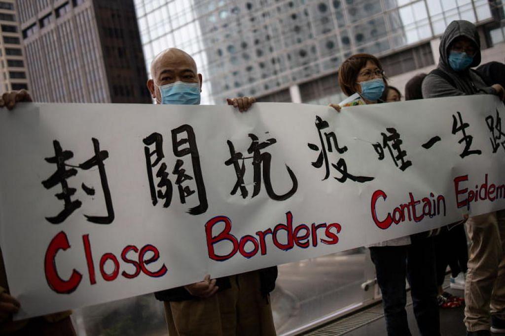 Ratusan pekerja perubatan membuat bantahan di pusat kewangan Hong Kong pada Isnin (3 Februari) untuk mendesak pemerintah menutup sempadan dengan tanah besar China. Foto EPA-EFE
