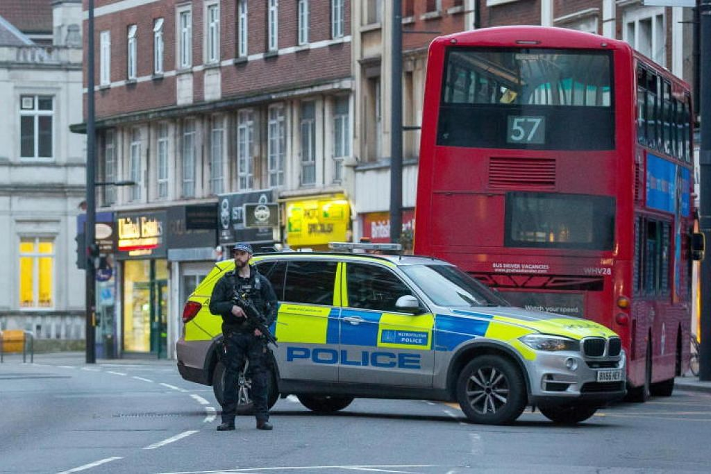 Seorang pegawai polis menghadang di tempat kejadian di selatan London.