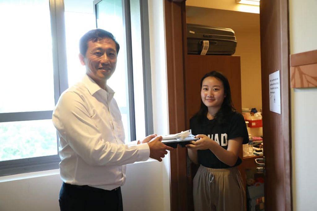 AGIH MAKANAN: Encik Ong tolong mengagih makanan kepada pelajar yang dikenakan LOA di Cinnamon College di NUS.