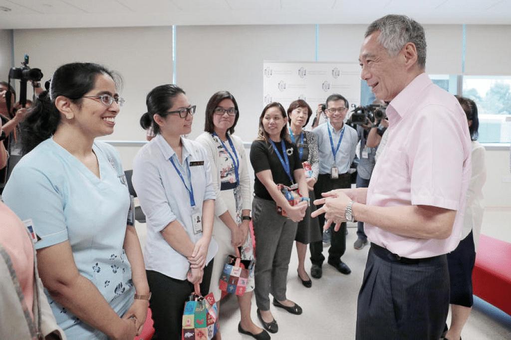 Encik Lee (kanan) bertemu kakitangan barisan utama di Pusat Nasional bagi Penyakit Berjangkit (NCID) pada 31 Januari lalu. - Foto JASON QUAH