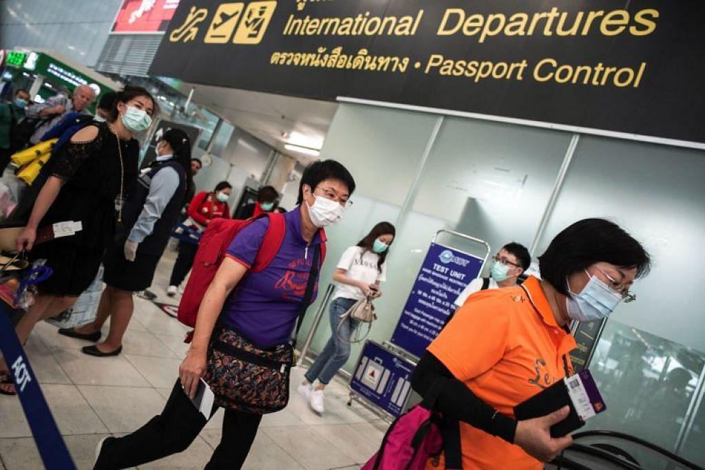 LINDUNGI DIRI: Pengunjung dilihat memakai pelitup di Lapangan Terbang Antarabangsa Suvarnabhumi di Bangkok, Thailand pada 31 Januari 2020.