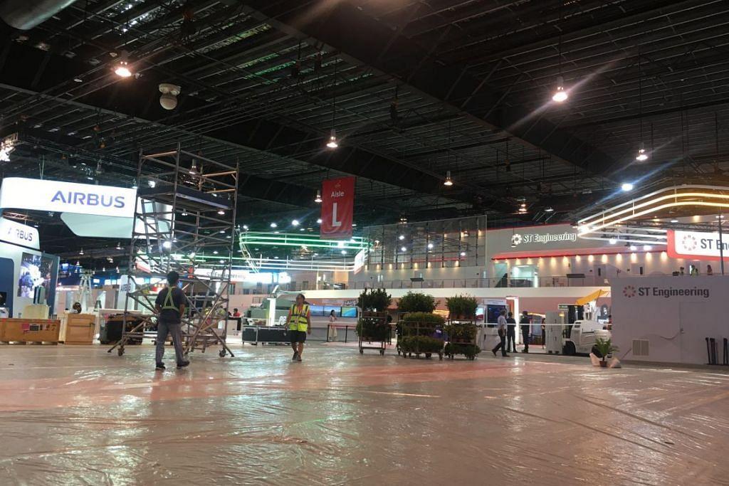 UNDUR DIRI: Ruang pameran bagi syarikat Commercial Aircraft Corporation of China (COMAC) kosong setelah syarikat itu mengundur diri daripada Pertunjukan Udara Singapura ekoran penularan koronavirus. - Foto HARITH MUSTAFFA