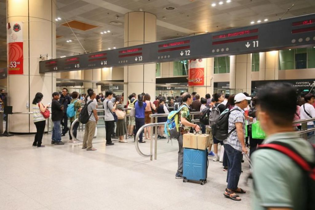 Lebih ramai pengunjung menggunakan laluan imigresen automatik di pusat pemeriksaan darat. FOTO: LIANHE ZAOBAO
