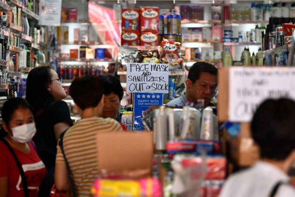 KEHABISAN: Sebuah kedai di Singapura kehabisan stok pelitup dan pembersih tangan pada 10 Februari.