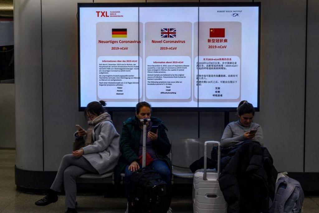 Maklumat berkenaan koronavirus COVID-19 yang dikongsikan dengan orang ramai di lapangan terbang Tegel, Berlin. FOTO: AFP