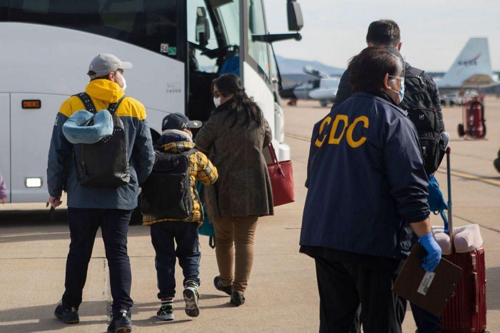 DIPINDAH DARI WUHAN: Beberapa orang yang telah dipindahkan dari Wuhan, China kini dikuarantin di Pangkalan Udara Kor Marine, Miramar, San Diego, California. Foto:AFP