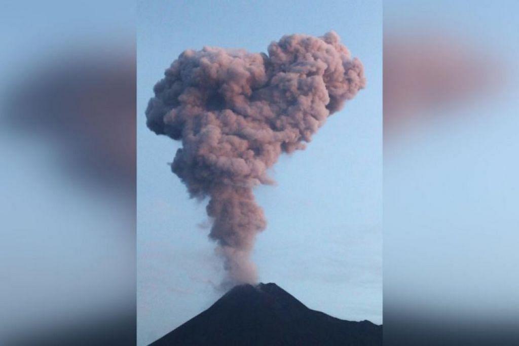 Asap debu keluar dari gunung Merapi di Yogyakarta, Indonesia pada 13 Februari. -Foto:AFP