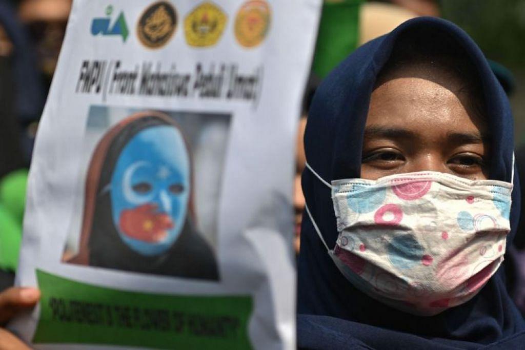 Seorang penunjuk perasaan menunjukkan sokongan bagi minoriti Uighur di China di luar kedutaan China di Jakarta pada 20 Disember 2019.