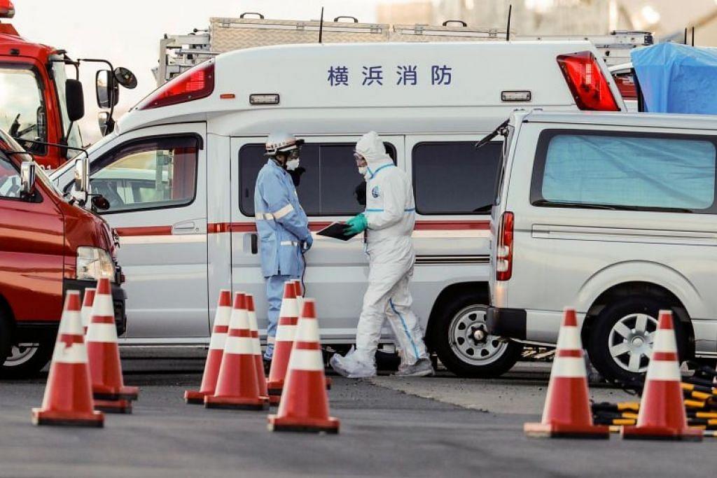 KORONAVIRUS DI JEPUN: Pegawai bersiap sedia mengalihkan penumpang dari kapal persiaran Diamond Princess ke sebuah hospital di Yokohama pada 6 Februari 2020. Kapal itu sedang dikuarantin di perairan dekat Yokohama.