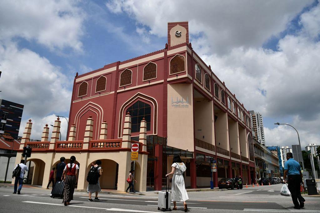 MASJID BERSEJARAH DIBUKA SEMULA: Kini mempunyai empat tingkat dan dibangun semula, Masjid Angullia boleh menampung lebih ramai jemaah. - Foto: LIM YAOHUI