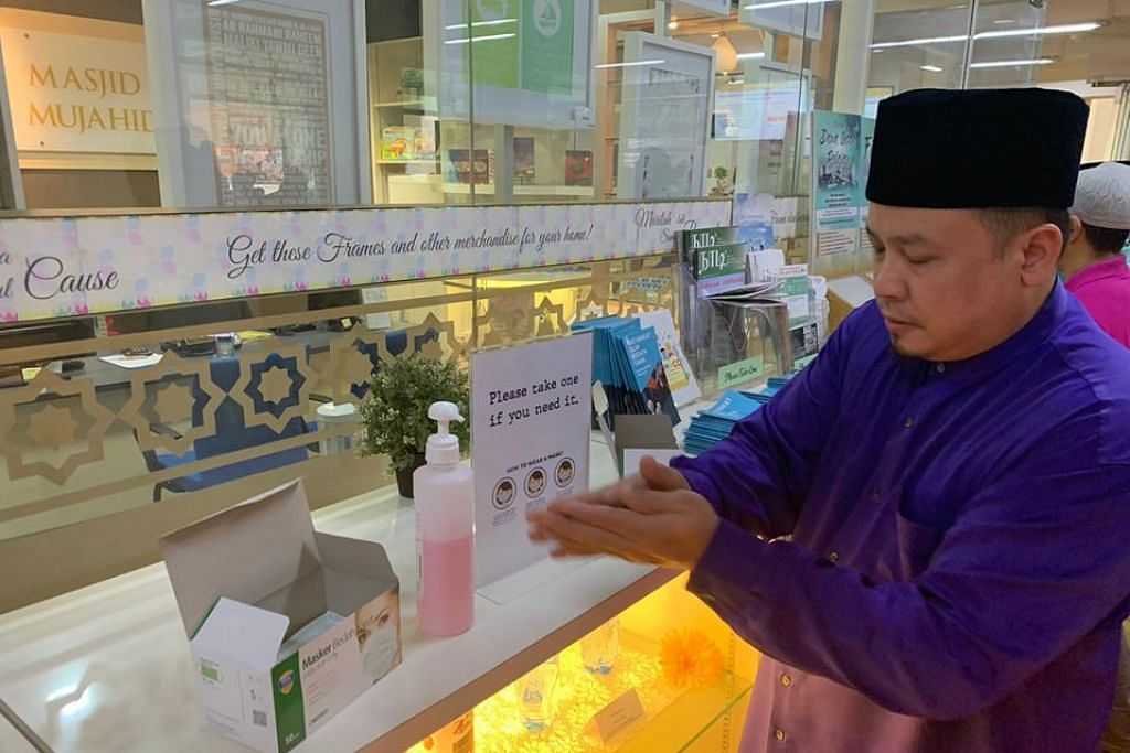 SOKONGAN BAGI JEMAAH: Pelitup dan cecair pencuci tangan(Sanitiser) disediakan di Masjid Mujahidin.