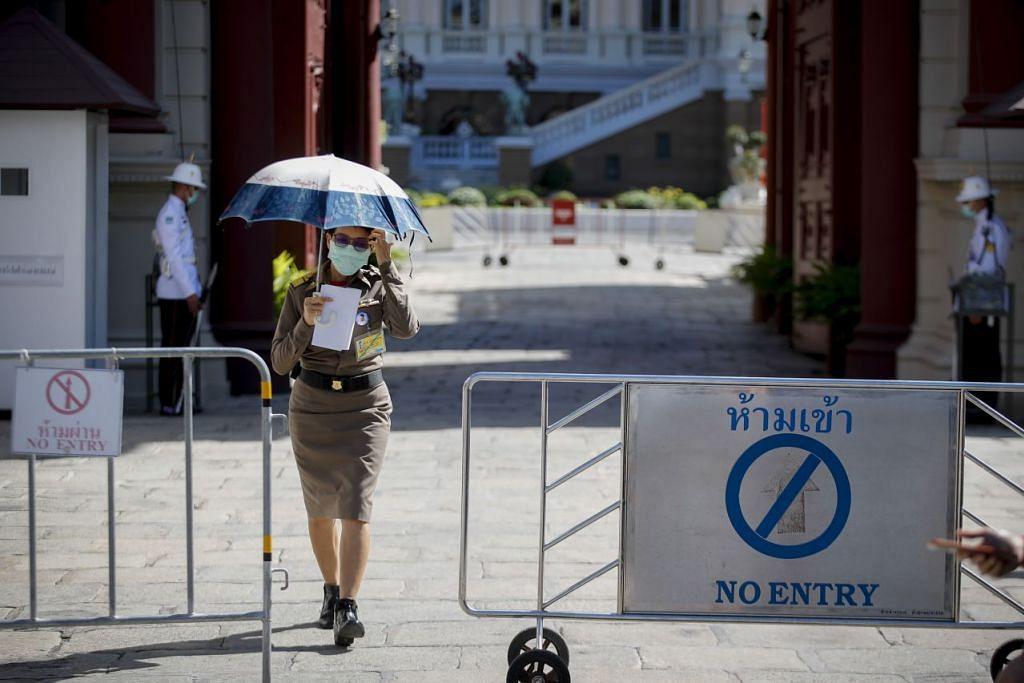 Polis Kerajaan Thailand dilihat memakai pelitup di Istana Besar (Grand Palace) Bangkok pada 14 Februari 2020. -Foto: EPA-EFE