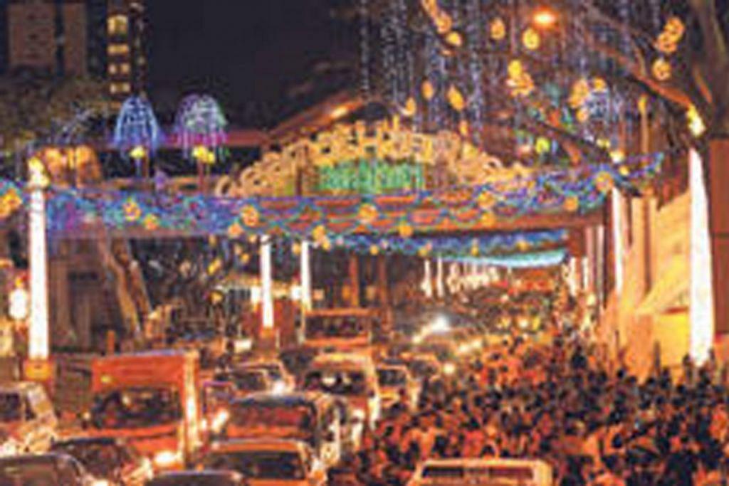 SEKILAS ACARA YANG PERNAH DIANJURKAN MAJLIS PUSAT - LAMPU RAYA: Projek hiasan lampu Hari Raya di Geylang Serai merupakan antara projek besar-besaran yang pernah dilaksanakan Majlis Pusat.