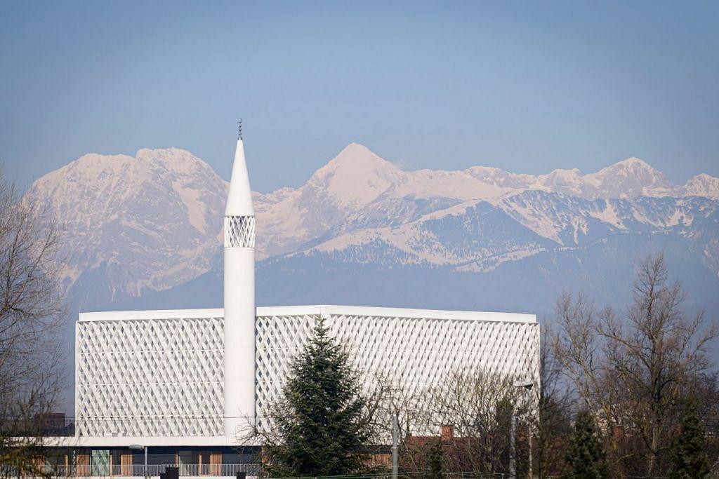 MEGAH BERDIRI: Masjid pertama Slovenia dibuka di ibukotanya Ljubljana baru-baru ini, selepas mengatasi rintangan kewangan dan pembangkang sayap kanan – 50 tahun selepas permintaan awal untuk membinanya dibuat. (Bawah)Pemandangan di bahagian dalam masjid. – Foto-foto AFP
