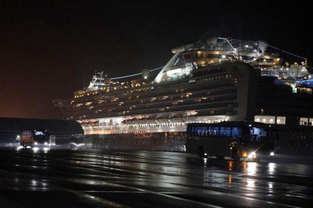 DIBAWA KELUAR: Bas yang membawa sekitar 400 warga Amerika Syarikat meninggalkan Terminal Kapal Persiaran Jeti Daikoku di Yokohama, Jepun pada 17 Februari 2020.