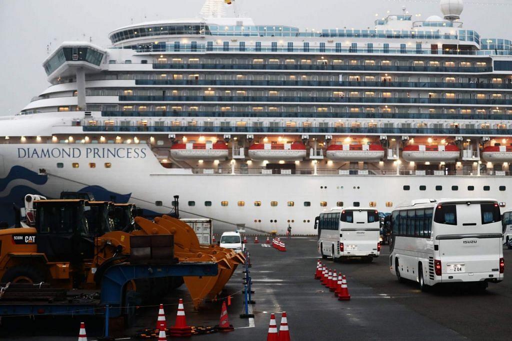 Bas untuk membawa penumpang yang dikeluarkan dari kapal persiaran Diamond Princess dlihat di pelabuhan Yokohama pada 16 Februari 2020. Foto: AFP.