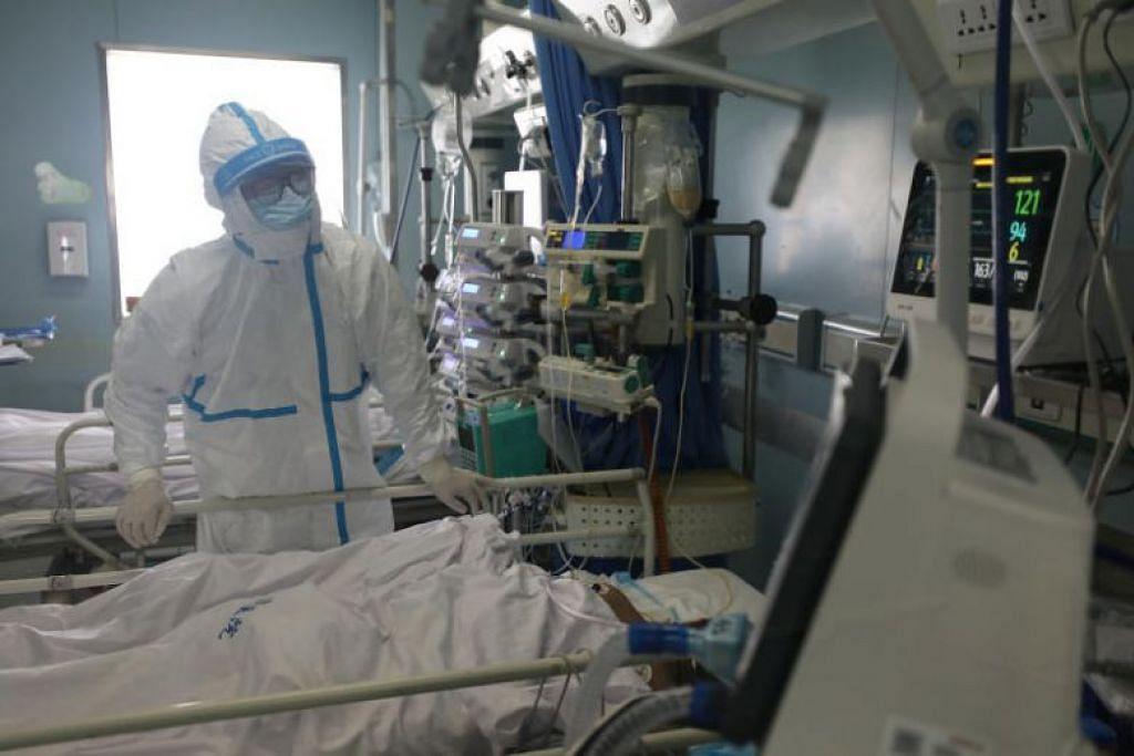 Seorang pekerja perubatan di unit jagaan rapi di sebuah hospital di Wuhan, China, pada 13 Februari 2020.