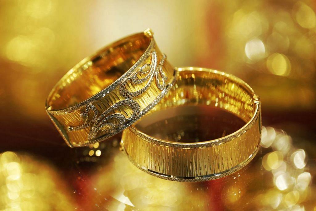 EMAS BERHARGA: Gelang emas 916 seberat 30 gram dari Golden Chance ini boleh menjadi perhiasan mahupun aset berharga. - Foto AZMI ATHNI