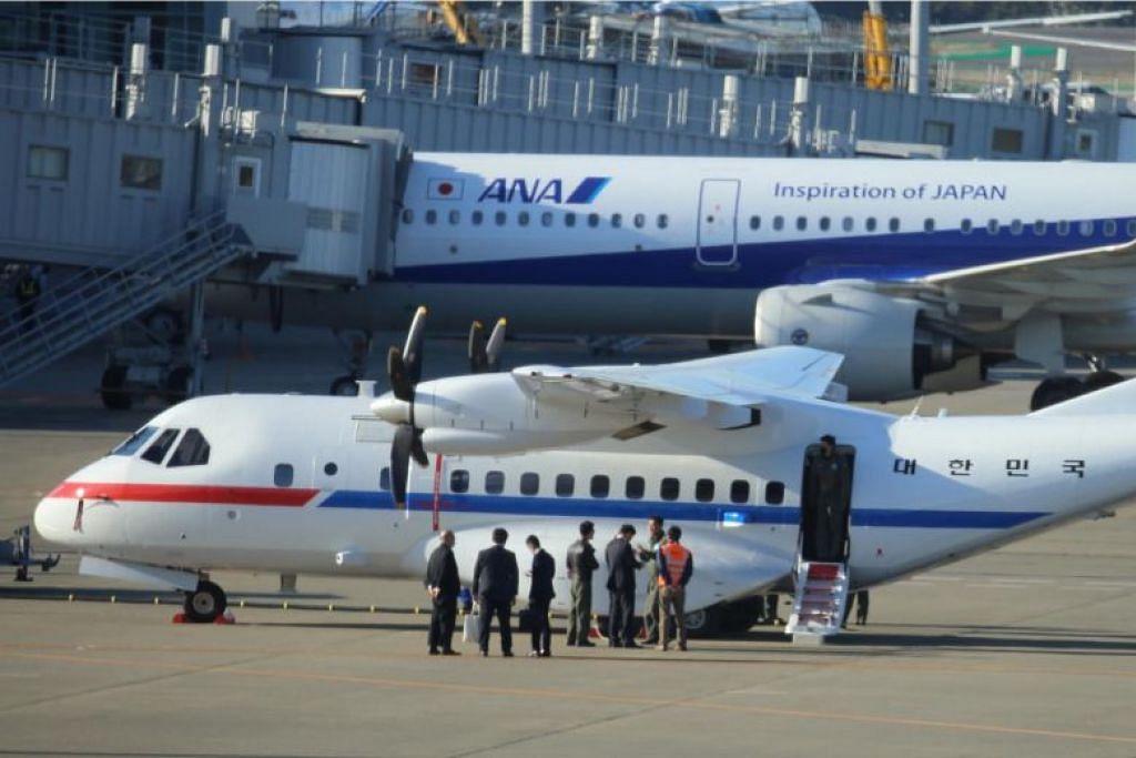 Pesawat Angkatan Udara VCN-235 yang telah dikerah membawa pulang warga Korea Selatan yang berada dalam kapal pesiaran Diamond Princess. FOTO: EPA-FREE