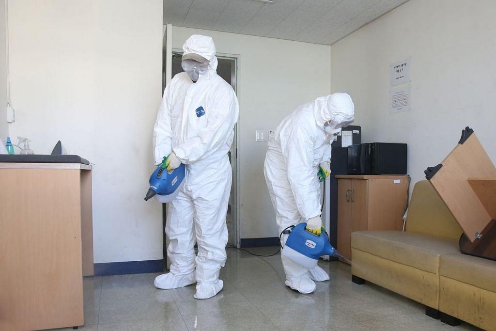 Pegawai kuarantin sedang melakukan pembasmian kuman di asrama Universiti Chosun di Gwangju, Korea Selatan pada 18 Februari 2020. Foto: EPA-EFE