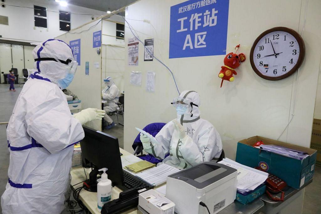 Pekerja kesihatan bertugas di Pusat Pameran Wuhan Parlor yang diubahsuai menjadi hospital ekoran wabak koronavirus di Wuhan, China pada 15 Februari 2020. Foto - REUTERS.