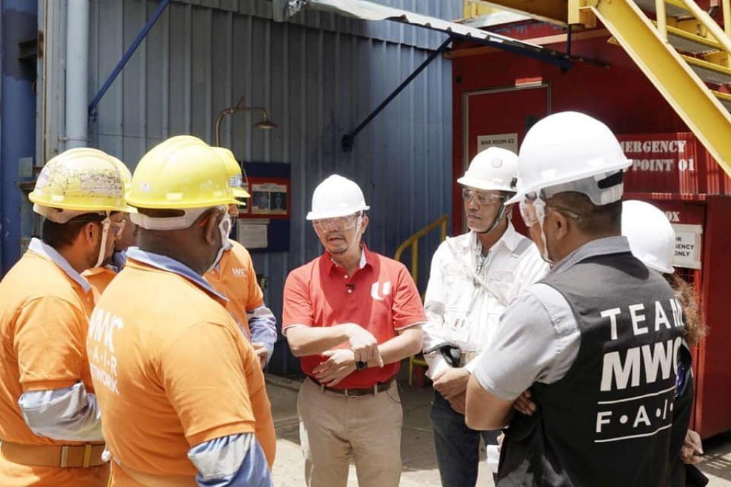 AP GRC Pasir Ris-Punggol, Encik Zainal Sapari berbincang bersama pegawai MWC dan pekerja asing syarikat Dyna-Mac Engineering Services pada 20 Februari 2020 - Foto: FACEBOOK / ZAINAL SAPARI