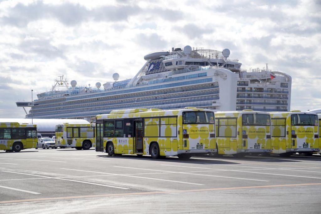 MULA MEMINDAHKAN PENUMPANG: Bas menunggu di depan kapal persiaran Diamond Princess yang berlabuh di Terminal Kapal Persiaran Tambangan Daikoku di Yokohama, selatan Tokyo, Jepun, pada Rabu (19 Februari).