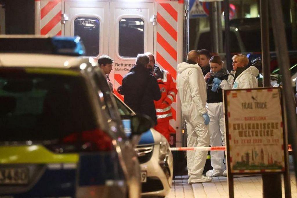 JALANKAN SIASATAN: Pakar forensik dilihat di luar sebuah bar shisha selepas kejadian tembakan di Hanau dekat Frankfurt, Jerman.